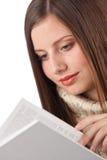 Mulher feliz nova com o turtleneck desgastando do livro imagem de stock