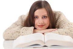 Mulher feliz nova com o turtleneck desgastando do livro fotografia de stock royalty free