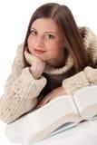 Mulher feliz nova com o turtleneck desgastando do livro foto de stock royalty free