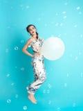 Mulher feliz, nova com os balões, sorrindo imagens de stock