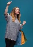 Mulher feliz nova com sacos de compra Foto de Stock Royalty Free