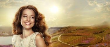 Mulher feliz nova com sorriso de vencimento fora Fotografia de Stock Royalty Free