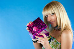 Mulher feliz nova com um presente Foto de Stock Royalty Free