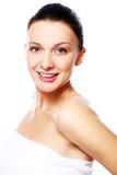 Mulher feliz nova e bonita que relaxa nos termas Fotos de Stock Royalty Free