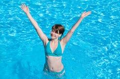 Mulher feliz nova na piscina Imagem de Stock