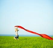 Mulher feliz nova no campo de trigo com tela Estilo de vida do verão Fotos de Stock
