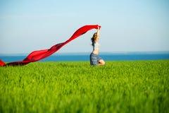 Mulher feliz nova no campo de trigo com tela Estilo de vida do verão Imagem de Stock