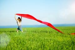 Mulher feliz nova no campo de trigo com tela Estilo de vida do verão Foto de Stock