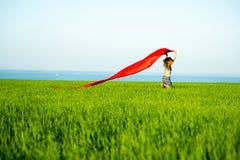 Mulher feliz nova no campo de trigo com tela Estilo de vida do verão Imagens de Stock Royalty Free