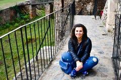 Mulher feliz nova no castelo de Corvin, Romênia imagens de stock
