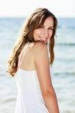 Mulher feliz nova perto do mar Fotos de Stock Royalty Free