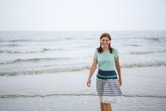 Mulher feliz nova que anda na praia de St. Peter Ording, para o norte imagem de stock