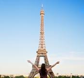 Mulher feliz nova que enfrenta a torre Eiffel, Paris, França Fotografia de Stock