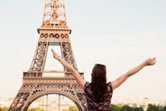 Mulher feliz nova que enfrenta a torre Eiffel, Paris, França Fotografia de Stock Royalty Free