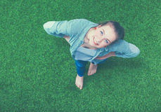 Mulher feliz nova que está na grama verde Fotos de Stock Royalty Free