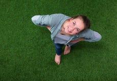 Mulher feliz nova que está na grama verde Foto de Stock Royalty Free