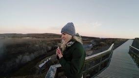 Mulher feliz nova que está na ponte e que aprecia a paisagem bonita Tempo de gasto fêmea do turista na natureza filme