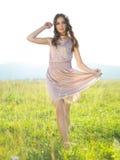 Mulher feliz, nova que está no campo verde Foto de Stock Royalty Free