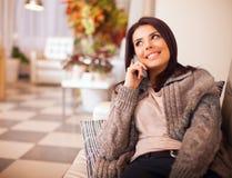 Mulher feliz nova que fala no telefone Fotografia de Stock Royalty Free