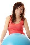 Mulher feliz nova que faz o exercício da aptidão Foto de Stock