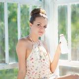 Mulher feliz nova que tem a bebida da manhã Foto de Stock Royalty Free