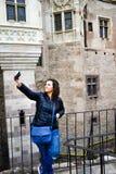 Mulher feliz nova que toma um selfie no castelo de Corvin, Romênia imagem de stock royalty free