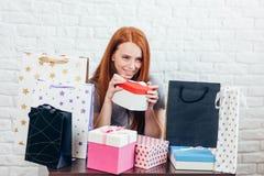 A mulher feliz nova tem presentes dos parentes em seu aniversário fotografia de stock