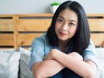 Mulher feliz para sentar-se e relaxar no quarto imagem de stock