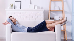 Mulher feliz positiva que descansa no sofá foto de stock royalty free