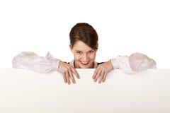 A mulher feliz prende a placa de propaganda em branco Imagem de Stock