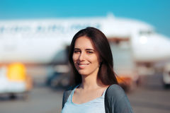 Mulher feliz pronta para embarcar o avião fotografia de stock