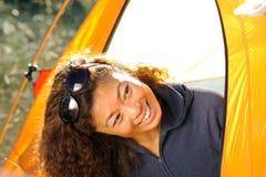 Mulher feliz que acampa para fora na barraca Fotos de Stock Royalty Free