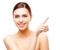 Mulher feliz que aponta pelo dedo, composição de sorriso da cara da beleza da menina fotos de stock