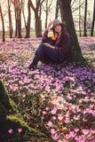 Mulher feliz que aprecia as flores da natureza e do açafrão da mola Fotos de Stock