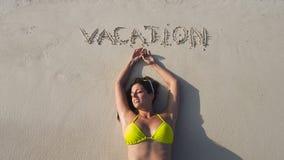 Mulher feliz que aprecia férias de verão na praia Fotografia de Stock Royalty Free