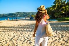 Mulher feliz que aprecia o relaxamento da praia alegre no ver?o pela ?gua azul tropical fotos de stock royalty free