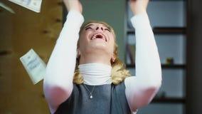 Mulher feliz que aprecia a vitória da loteria Dinheiro que cai do céu Lento-movimento filme