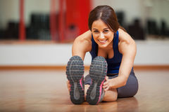 Mulher feliz que aquece-se em um gym fotos de stock royalty free