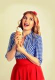 Mulher feliz que come o gelado, isolado no branco Fotos de Stock Royalty Free