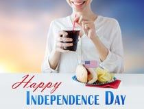 Mulher feliz que comemora o Dia da Independência americano Foto de Stock Royalty Free