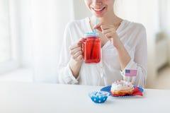 Mulher feliz que comemora o Dia da Independência americano Imagem de Stock