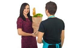 Mulher feliz que compra o alimento no mantimento Foto de Stock Royalty Free