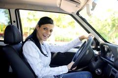 Mulher feliz que conduz seu carro novo Imagens de Stock