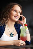 Mulher feliz que convida o telefone Imagens de Stock Royalty Free