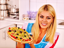 Mulher feliz que cozinha a pizza Imagem de Stock Royalty Free