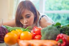 Mulher feliz que cozinha a salada verde dos vegetais Imagens de Stock Royalty Free