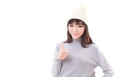 Mulher feliz que dá o polegar acima, vestido do inverno Fotografia de Stock