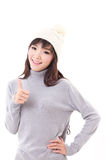 Mulher feliz que dá o polegar acima, vestido do inverno Foto de Stock Royalty Free