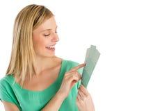 Mulher feliz que escolhe a cor das amostras de folha fotos de stock royalty free