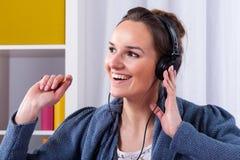 Mulher feliz que escuta a música imagens de stock royalty free